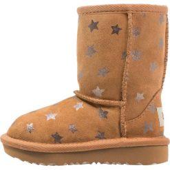 UGG CLASSIC SHORT II STARS Botki chestnut. Brązowe buty zimowe damskie Ugg, z materiału. W wyprzedaży za 359,50 zł.