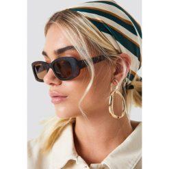 NA-KD Accessories Prostokątne okulary przeciwsłoneczne retro - Brown. Brązowe okulary przeciwsłoneczne damskie aviatory NA-KD Accessories, prostokątne. Za 80,95 zł.
