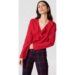 Bluzki damskie: NA-KD Boho Bluzka z asymetryczną falbaną – Red