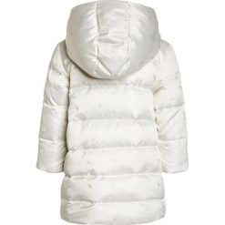 Armani Junior Płaszcz puchowy bianco latte. Białe kurtki chłopięce marki Armani Junior, z materiału. W wyprzedaży za 756,75 zł.