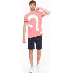 T-SHIRT MĘSKI Z NADRUKIEM. Szare t-shirty męskie z nadrukiem marki Top Secret, na lato, m. Za 19,99 zł.