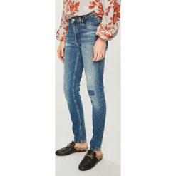 Calvin Klein Jeans - Jeansy. Niebieskie jeansy damskie rurki marki Calvin Klein Jeans, z bawełny. Za 579,90 zł.