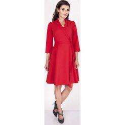 Czerwona Sukienka Rozkloszowana Kopertowa z Paskiem. Czerwone sukienki balowe marki Molly.pl, do pracy, l, z tkaniny, z kopertowym dekoltem, kopertowe. W wyprzedaży za 129,18 zł.