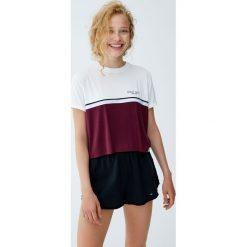 Koszulka z panelem, paskiem i napisem. Niebieskie t-shirty damskie marki Pull&Bear. Za 49,90 zł.
