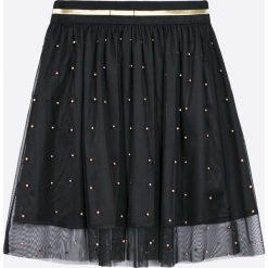 Guess Jeans - Spódnica dziecięca 118-175 cm. Czarne spódniczki dziewczęce jeansowe marki Guess Jeans, z aplikacjami, z podwyższonym stanem, midi, rozkloszowane. W wyprzedaży za 179,90 zł.