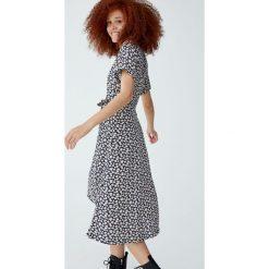 Kopertowa sukienka z falbaną. Brązowe sukienki z falbanami marki Mohito, l, z kopertowym dekoltem, kopertowe. Za 139,00 zł.