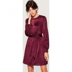Aksamitna sukienka z paskiem - Bordowy. Czerwone sukienki z falbanami marki Mohito, l. Za 149,99 zł.