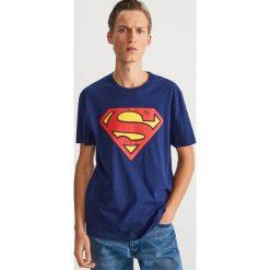 T-shirt z nadrukiem Superman - Granatowy. Niebieskie t-shirty męskie z nadrukiem Reserved, l. Za 59,99 zł.