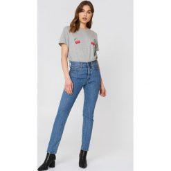 NA-KD T-shirt Cherry - Grey. Szare t-shirty damskie NA-KD, z nadrukiem, z dżerseju. W wyprzedaży za 51,07 zł.