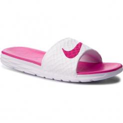 Klapki NIKE - Benassi Solarsoft 705475 160 White/Fireberry. Białe klapki damskie Nike, z materiału. W wyprzedaży za 129,00 zł.