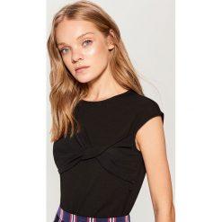 Koszulka z ozdobnym splotem - Czarny. Czarne t-shirty damskie marki Mohito, l, ze splotem. W wyprzedaży za 39,99 zł.