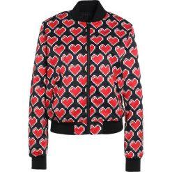 Love Moschino Kurtka Bomber black. Czarne bomberki damskie marki Love Moschino, z materiału. W wyprzedaży za 647,55 zł.