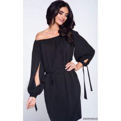 Kobieca czarna sukienka z rozcięciem na rękawie. Czarne sukienki hiszpanki Pakamera, z tkaniny, wizytowe, midi. Za 129,00 zł.