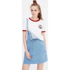 Koszulka z krótkim rękawem i naszywką. Białe t-shirty damskie Pull&Bear, z aplikacjami. Za 49,90 zł.