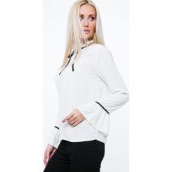 Bluzka ze stójką kremowa MP28450. Białe bluzki na imprezę marki Fasardi, m, ze stójką. Za 39,00 zł.