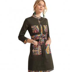 Sukienka w kolorze khaki. Brązowe sukienki na komunię marki Almatrichi, ze stójką, midi, proste. W wyprzedaży za 149,95 zł.