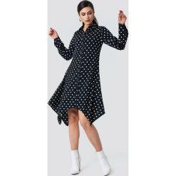 NA-KD Asymetryczna sukienka koszulowa midi - Black,Multicolor. Czarne długie sukienki marki NA-KD, z poliesteru, z asymetrycznym kołnierzem, z długim rękawem, asymetryczne. W wyprzedaży za 80,98 zł.