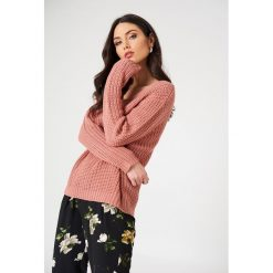 Swetry klasyczne damskie: Rut&Circle Sweter z dekoltem V Mira – Pink