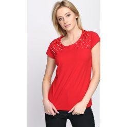 Czerwony T-shirt Comes Tumbling. Czerwone bluzki damskie Born2be, l. Za 59,99 zł.