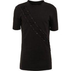 D.GNAK XSTRING PANEL Tshirt z nadrukiem black. Czarne koszulki polo D.GNAK, m, z nadrukiem, z bawełny. W wyprzedaży za 394,50 zł.