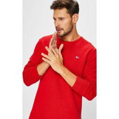 Tommy Jeans - Sweter. Czerwone swetry klasyczne męskie Tommy Jeans, l, z bawełny, z okrągłym kołnierzem. Za 299,90 zł.