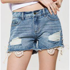 Szorty damskie: Jeansowe szorty z koronką - Niebieski