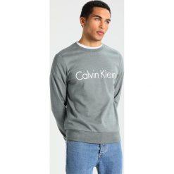 Calvin Klein KAI Bluza green. Pomarańczowe kardigany męskie marki Calvin Klein, l, z bawełny, z okrągłym kołnierzem. Za 399,00 zł.