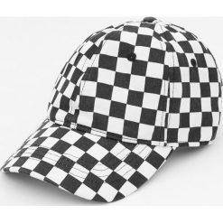 Czapka w szachownicę wyścigową. Szare czapki z daszkiem męskie marki Pull & Bear, okrągłe. Za 15,90 zł.