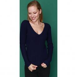 Sweter w kolorze granatowym. Niebieskie swetry klasyczne damskie marki William de Faye, z kaszmiru. W wyprzedaży za 113,95 zł.