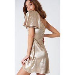 Sukienki hiszpanki: ASTR Sukienka Crystalyn – Gold