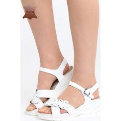 Białe Skórzane Sandały Light Me Up. Brązowe sandały damskie marki Gino Rossi, z lakierowanej skóry, na wysokim obcasie, na koturnie. Za 109,99 zł.