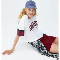 Koszulka college z napisem. Szare t-shirty damskie Pull&Bear, z napisami. Za 49,90 zł.