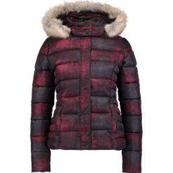 Kaporal BASIL Kurtka zimowa bordeaux. Czerwone kurtki damskie zimowe Kaporal, xs, z materiału. W wyprzedaży za 359,20 zł.