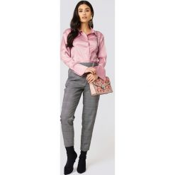 Boohoo Satynowe koszule - Pink. Różowe koszule nocne i halki marki Boohoo, z satyny, klasyczne, z klasycznym kołnierzykiem. Za 91,95 zł.