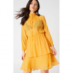 NA-KD Boho Sukienka z marszczoną stójką - Orange. Niebieskie długie sukienki marki NA-KD Boho, na imprezę, w koronkowe wzory, z koronki, boho, na ramiączkach. Za 161,95 zł.