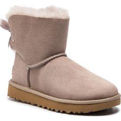 Buty UGG - W Mini Bailey Bow II 1016501  W/Oys. Brązowe buty zimowe damskie marki Ugg, z materiału. Za 859,00 zł.