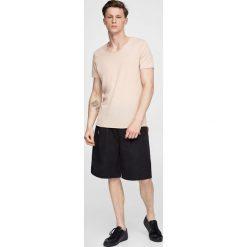 Koszulka w paski z okrągłym dekoltem. Szare t-shirty męskie marki Pull & Bear, moro. Za 24,90 zł.