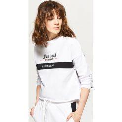 Bluzy rozpinane damskie: Krótka bluza oversize - Biały