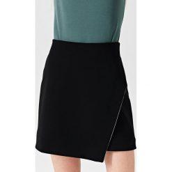 Simple - Spódnica. Czarne minispódniczki Simple, z elastanu, asymetryczne. W wyprzedaży za 239,90 zł.