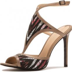Sandały w kolorze beżowym ze wzorem. Brązowe sandały damskie Stella Luna, w paski, z materiału, na obcasie. W wyprzedaży za 636,95 zł.