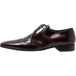 Jeffery West ESCOBAR 3 EYE WINGCAP DERBY Eleganckie buty bordo. Czerwone buty wizytowe męskie Jeffery West, z materiału, na sznurówki. Za 749,00 zł.