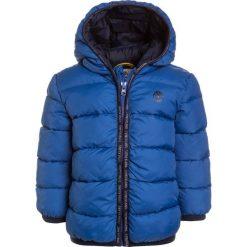 Timberland Kurtka zimowa blau/grau. Czerwone kurtki chłopięce zimowe marki Timberland, z materiału. W wyprzedaży za 359,10 zł.