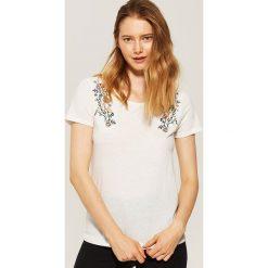 T-shirt z haftem - Kremowy. Białe t-shirty damskie marki House, l, z haftami. Za 29,99 zł.