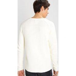 Swetry klasyczne męskie: RVLT Sweter offwhite