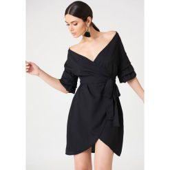 Kristin Sundberg for NA-KD Kopertowa sukienka z odkrytymi ramionami - Black. Czarne sukienki Kristin Sundberg for NA-KD, z tkaniny, z kopertowym dekoltem, kopertowe. W wyprzedaży za 60,89 zł.