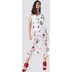 NA-KD Boho Sukienka z rękawem kimono - White. Niebieskie sukienki boho marki NA-KD Boho, na imprezę, w koronkowe wzory, z koronki, na ramiączkach, mini. Za 121,95 zł.