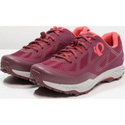 Pearl Izumi XALP CANYON Buty rowerowe port/fiery coral. Czerwone buty sportowe damskie Pearl Izumi, z materiału, rowerowe. W wyprzedaży za 356,30 zł.