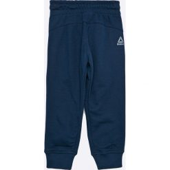 Reebok - Spodnie dziecięce 104-164 cm. Niebieskie spodnie chłopięce Reebok, z nadrukiem, z bawełny. W wyprzedaży za 89,90 zł.