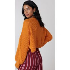 NA-KD Krótki sweter ze ściegiem warkoczowym - Orange. Pomarańczowe swetry klasyczne damskie marki NA-KD. Za 141,95 zł.