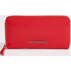 Duży lakierowany portfel - Czerwony. Czerwone portfele damskie marki Mohito, z bawełny. Za 59,99 zł.